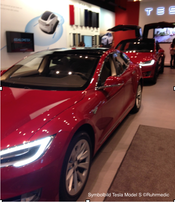 Absicherung Unfallstelle Autobahn / Tesla Fahrer rettet mit mutigem Manöver Leben