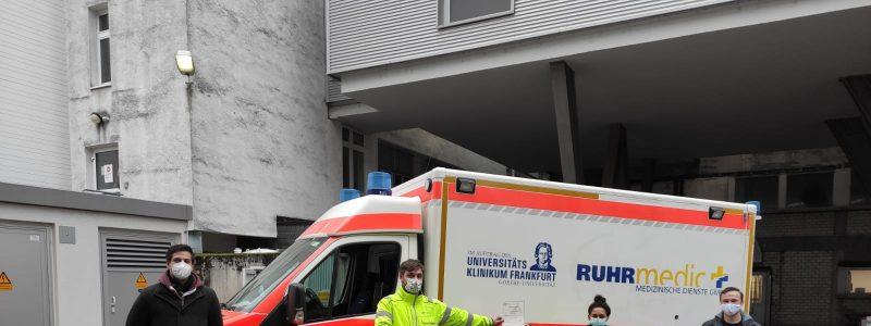 Ein Teil des Ruhrmedic Teams mit dem Zertifikat vor einem Rettungswagen
