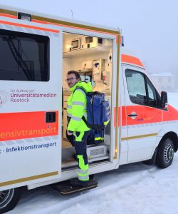 Jens am Intensivtransportwagen der Universitätsmedizin Rostock